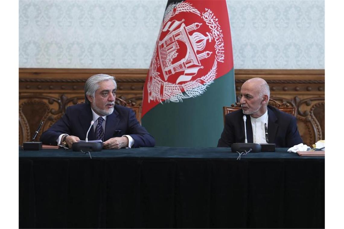 Aschraf Ghani (r) und Abdullah Abdullah (l) im Präsidentenpalast in Kabul. Foto: Office of the President of Afghanistan/AP/dpa