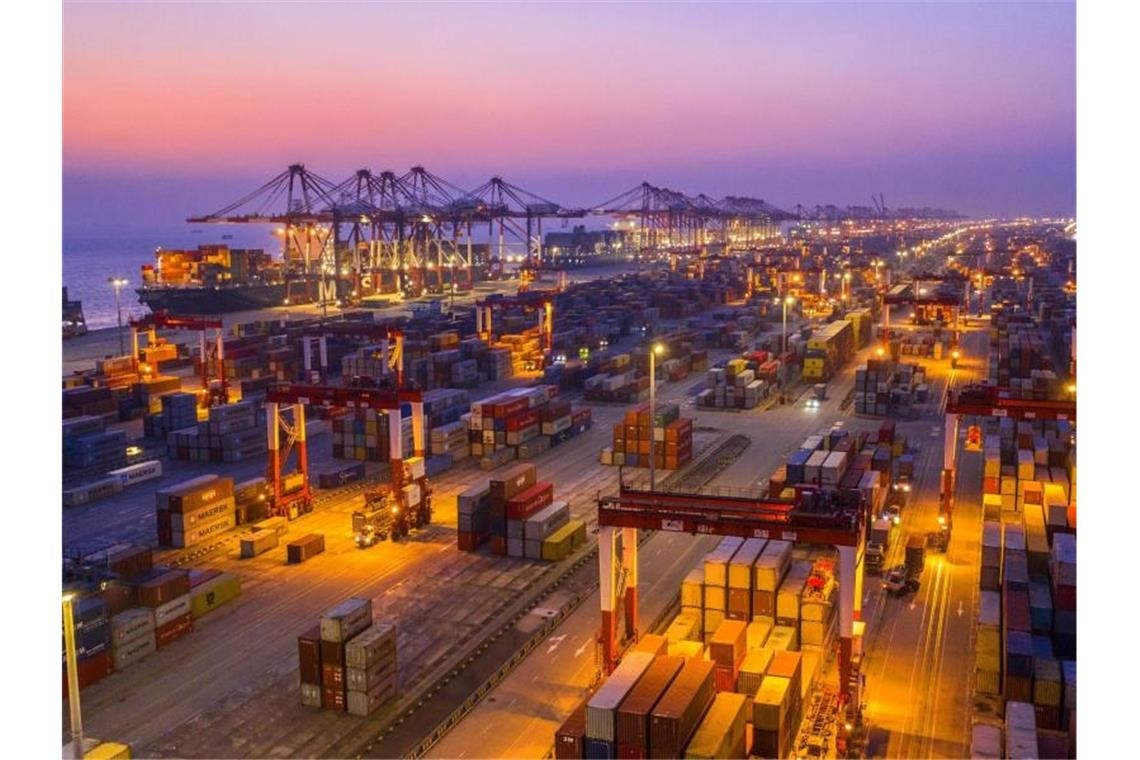 Containerumschlag im Hafen Yangshan in Shanghai. Foto: Xu Haixin/Imaginechina via ZUMA Press/dpa