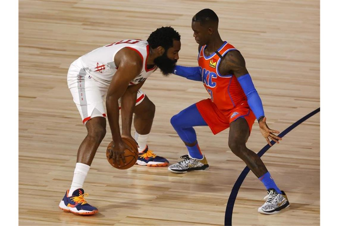 Dennis Schröder (r) von Oklahoma City Thunder gegen James Harden von den Houston Rockets. Foto: Mike Ehrmann/Pool Getty Images/AP/dpa