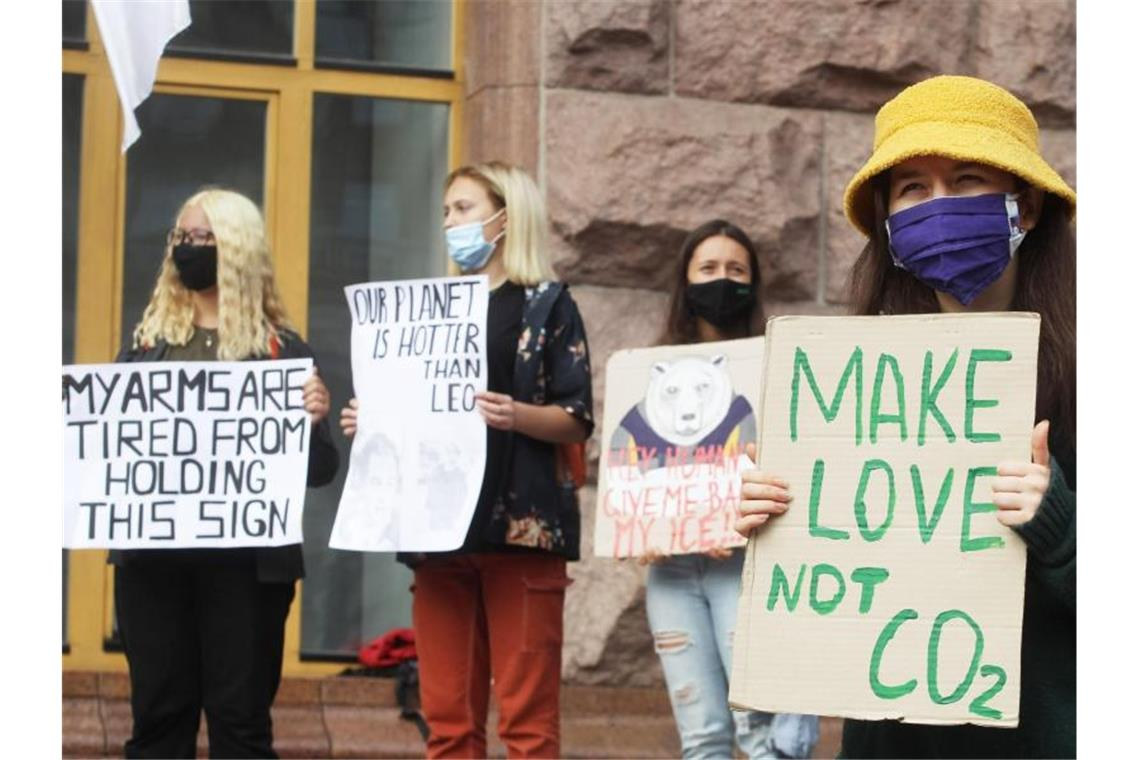 "Ein Klassiker, leicht abgewandelt: ""Make Love, not CO2"" beim Protest in Kiew. Foto: Pavlo Gonchar/SOPA Images via ZUMA Wire/dpa"
