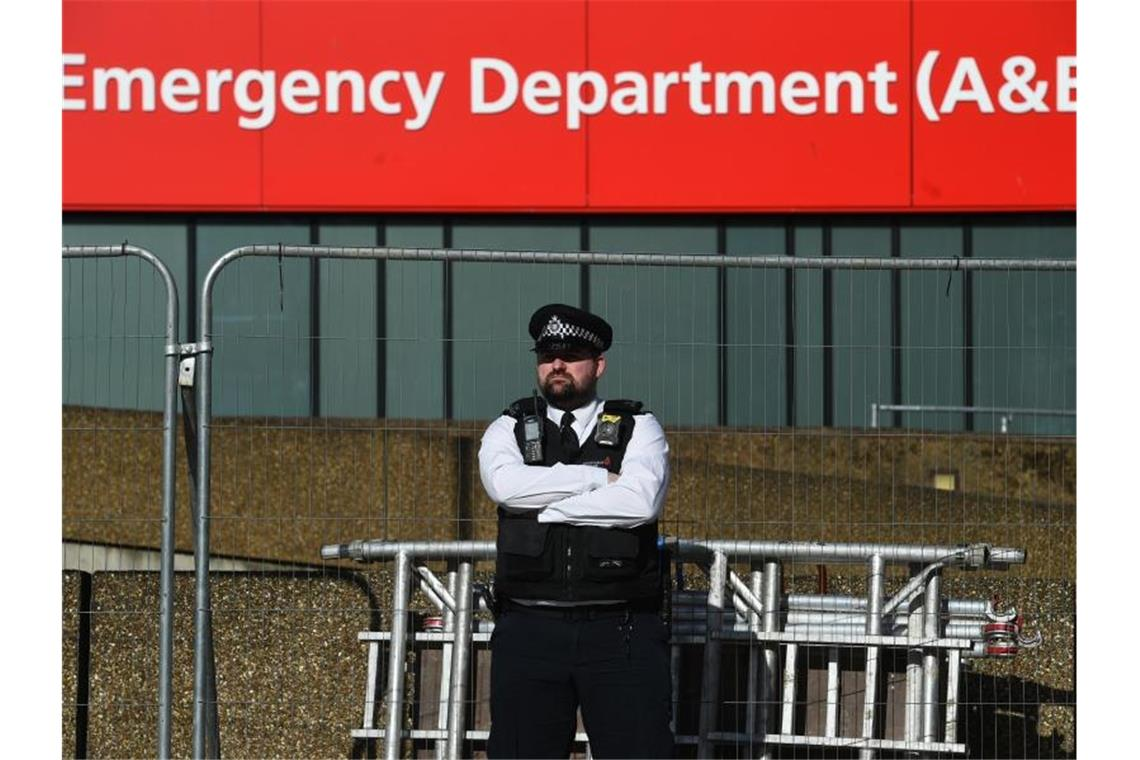 Ein Polizeibeamter steht vor dem St. Thomas-Krankenhaus im Zentrum von London, wo Premierminister Johnson auf der Intensivstation liegt. Foto: Kirsty O'connor/PA Wire/dpa