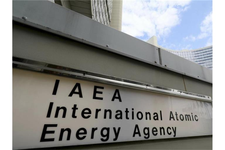 "Ein Schild der ""IAEA International Atomic Energy Agency"" am Eingang zur Internationalen Atomenergiebehörde in Wien. Foto: Ronald Zak/AP/dpa"