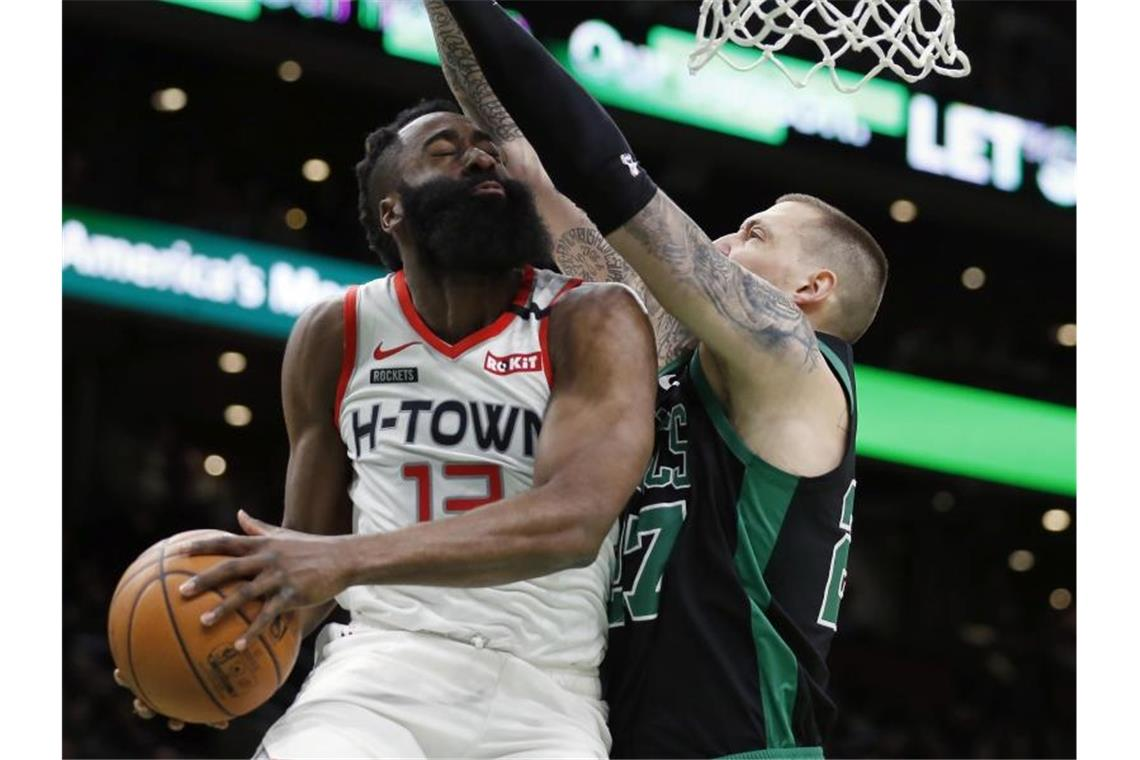 Enges Duell: Bostons Daniel Theis (r) und Houston-Star James Harden. Foto: Michael Dwyer/AP/dpa