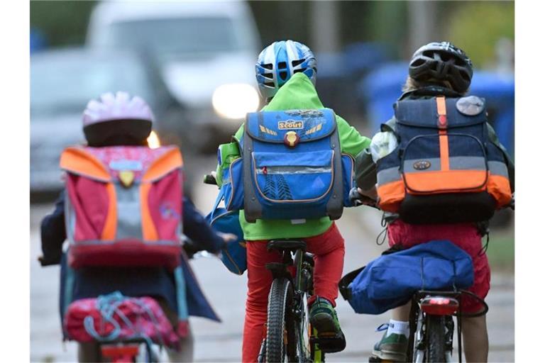 kinder sind mit dem fahrrad unterwegs zur schule foto ralf 4906m