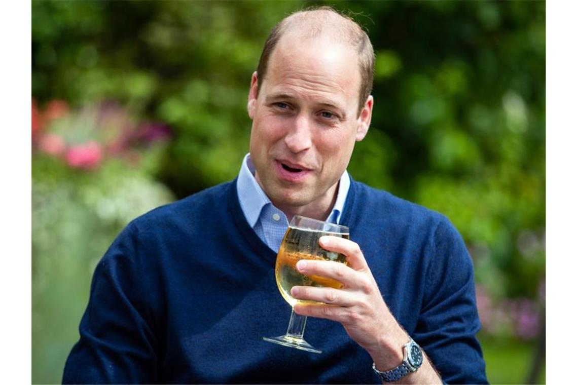 "Prinz William hält ein Glas mit Aspalls Cidre bei seinem Besuch im Pub ""The Rose and Crown"" im Dorf Snettisham. Foto: Aaron Chown/PA Wire/dpa"
